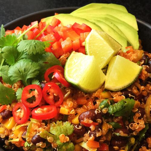 Spicy quinoaret med sorte bønner