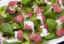 Salat med rådyrmørbrad og sennepsdressing