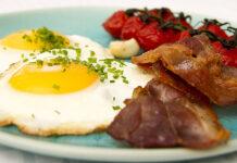 Bagte tomater på stilk med spejlæg og bacon
