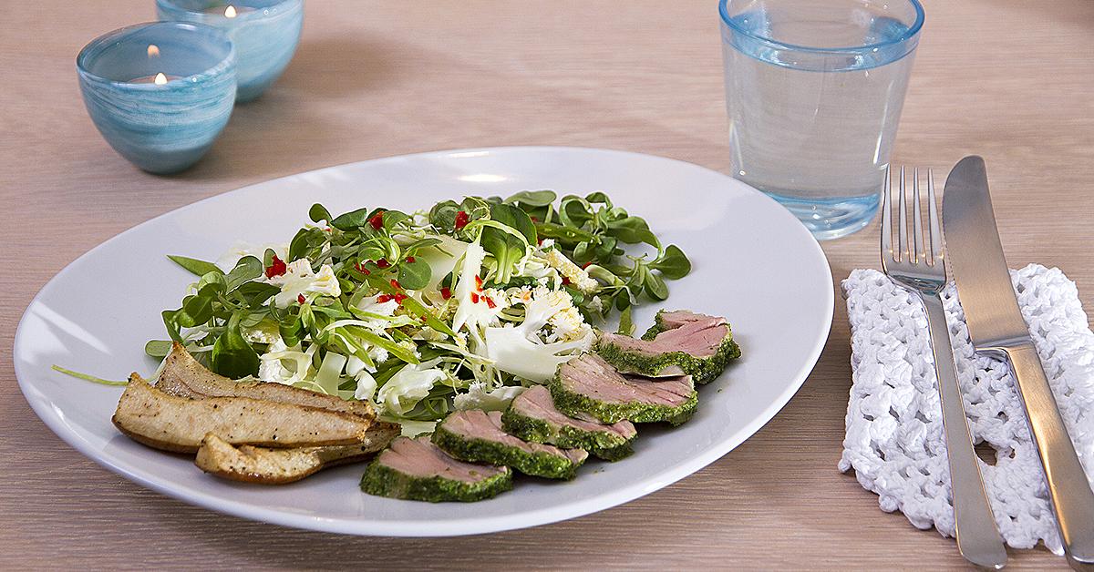 Helstegt svinemørbrød med ramsløgspesto og salat