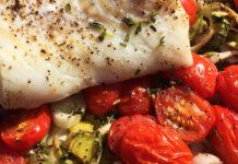 Torsk i fad med tomater og porrer