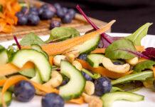 Salat med blåbær og cashewnødder – sommersalater