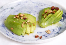 Avocado med saltmandler og chiliolie