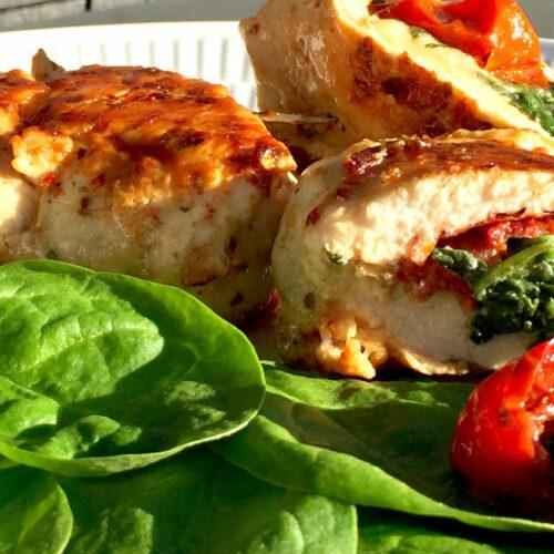 Fyldte kyllingebryster - Juicy kylling med ost, spinat og tomat
