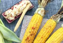 Grillede majs med rørt smør med lime og chili