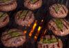 Grillede hakkedrenge med frisk salvie