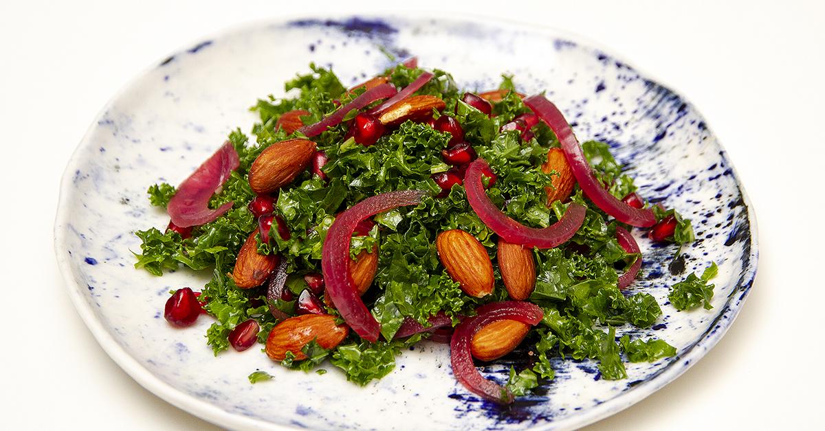 Grønkålsalat med syltede rødløg og saltmandler