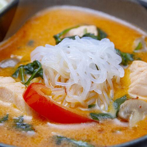 Thaisuppe med rød karrypasta og laks
