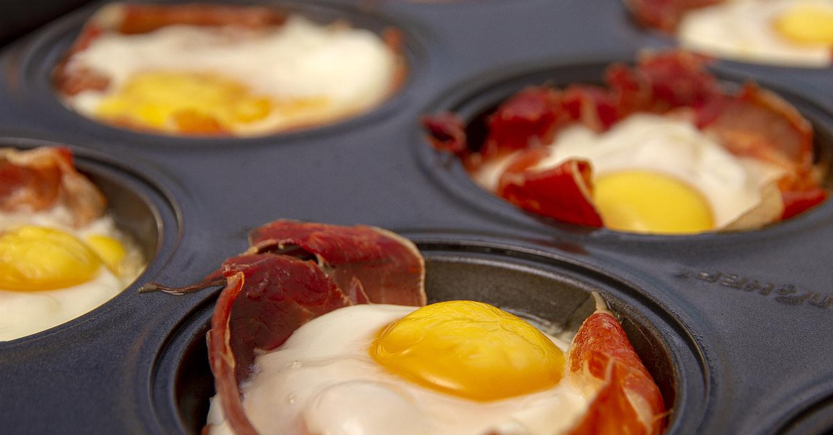 Nemme æggemuffins Med Serranoskinke Til Morgenmad Eller Brunch
