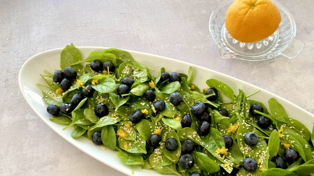 Grøn salat med babyspinat, appelsin og blåbær